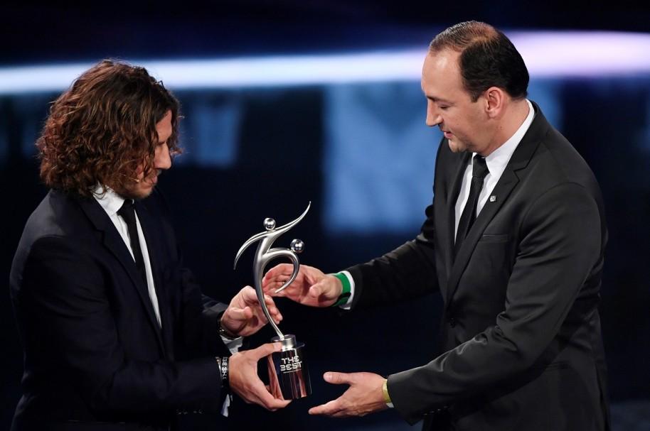 Juan Carlos de la Cuesta, presidente de Atlético Nacional, recibiendo de Carles Puyol el premio Fair Play que la Fifa otorgó al equipo 'verdolaga'.