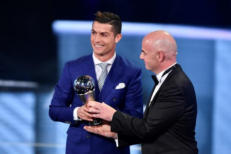Gianni Infantino, presidente de la Fifa, entregando premio a mejor jugador de 2016 a Cristiano Ronaldo, jugador del Real Madrid.