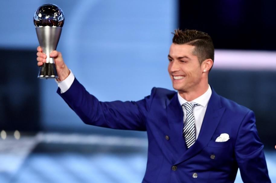 Cristiano Ronaldo, jugador del Real Madrid, recibió premio a mejor jugador 2016 de la Fifa
