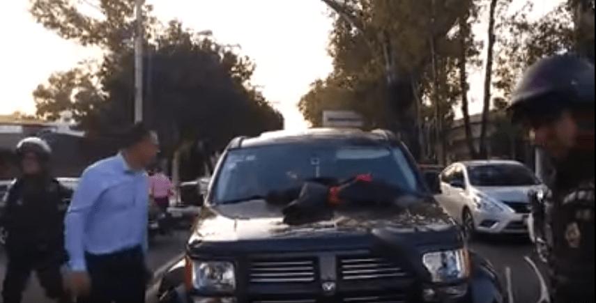 Hombre encuentra a su esposa con amante en su camioneta. Pulzo.com