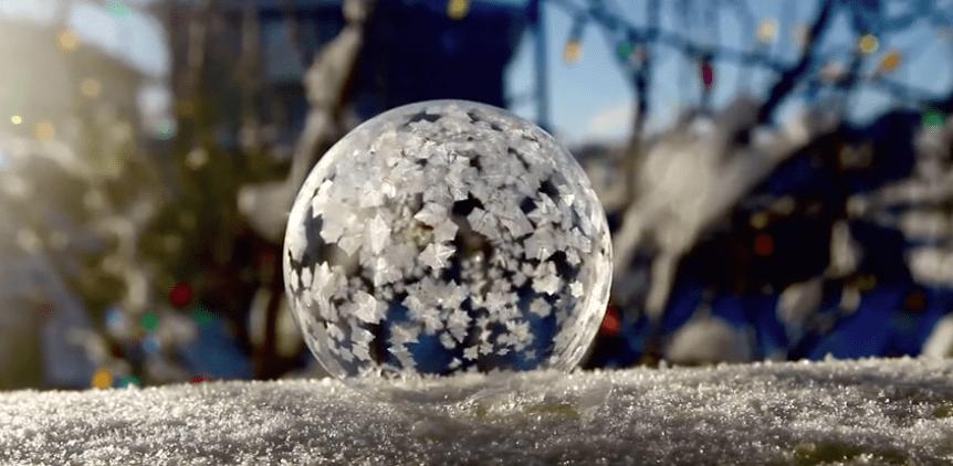 Burbuja de jabón congelándose. Pulzo.com