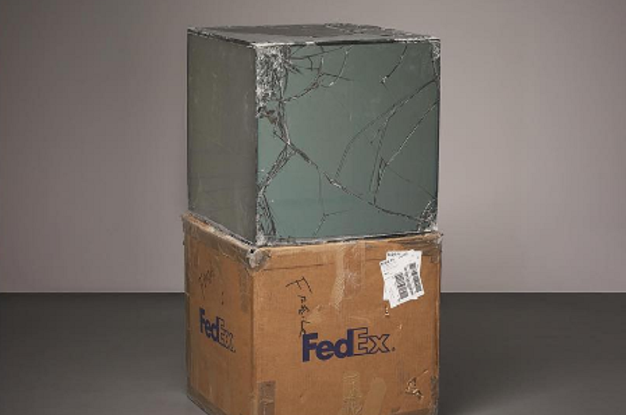 Artista crea esculturas con cajas de vidrio