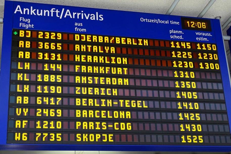 Pantalla de información de llegadas de vuelos en Nuremberg