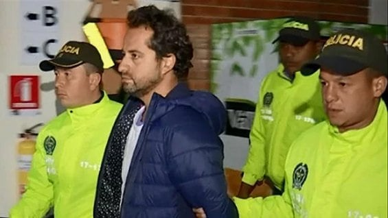 Rafael Uribe Noguera, escoltado por policías
