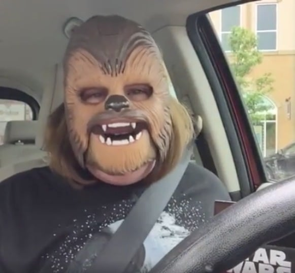 Candace Payne con máscara de Chewbacca. Pulzo.com
