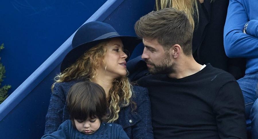 La cantante Shakira junto a su pareja, el futbolista Gerard Piqué, y su hijo mayor, Milan.
