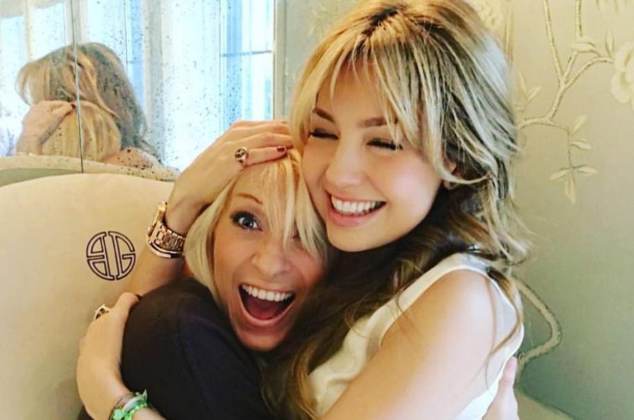 Yuri junto a su amiga y colega, la cantante Thalia.