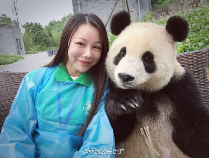 Mujer se toma selfie con un Panda
