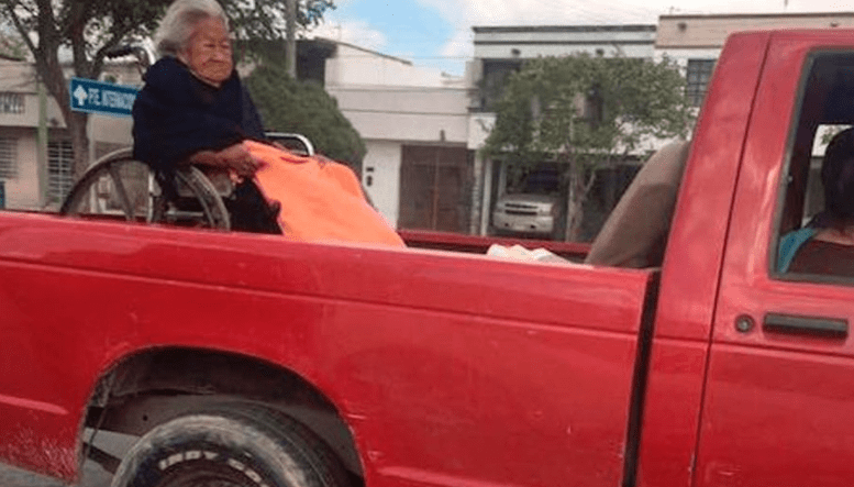 Anciana en silla de ruedas es trasladada en platón de camioneta. Pulzo.com
