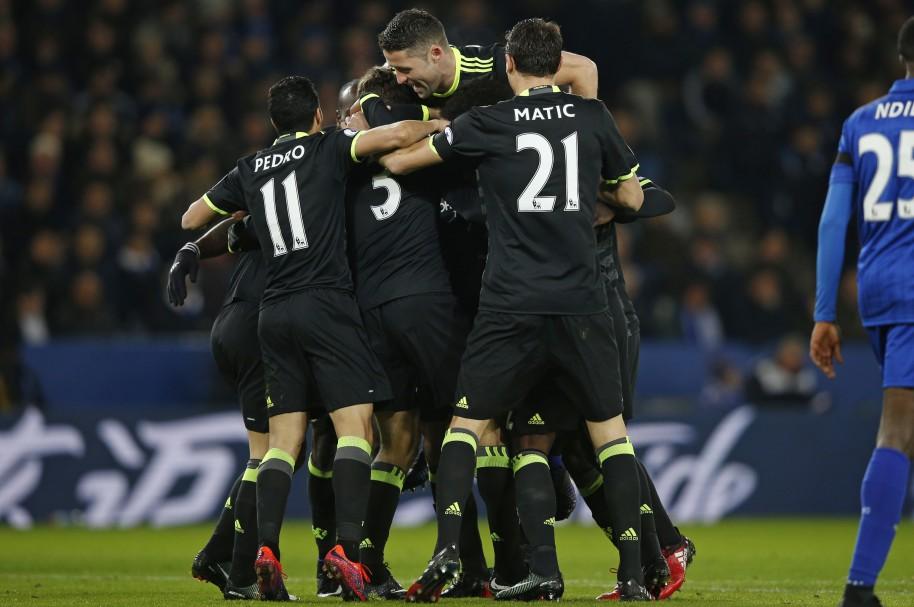 Marcos Alonso (C) celebra con sus compañeros el primer gol del partido entre Leicester City y Chelsea