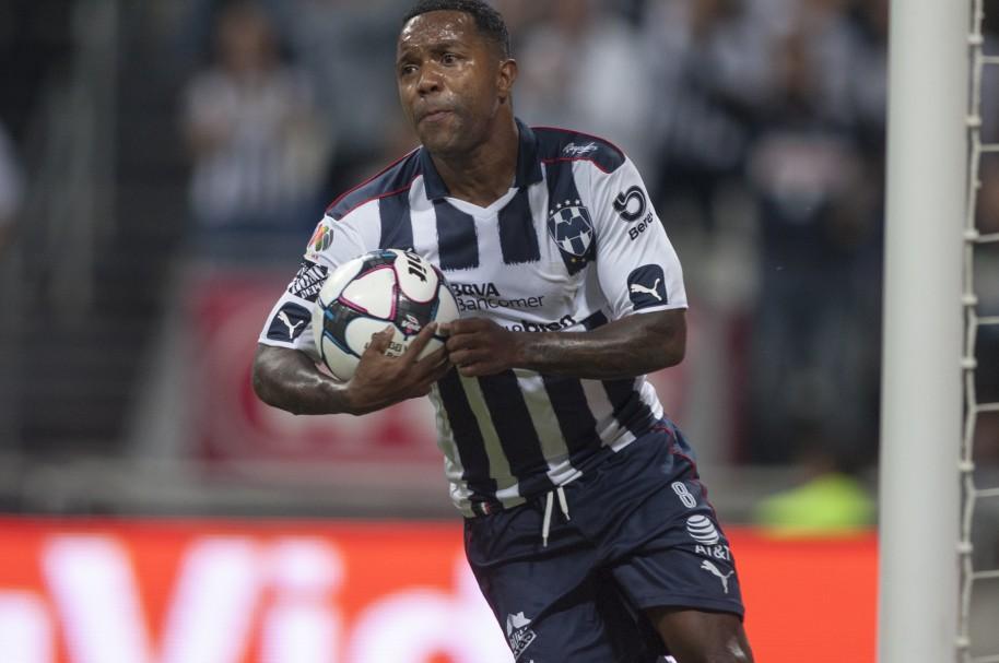 Dorlan Pabón celebra su gol al Guadalajara