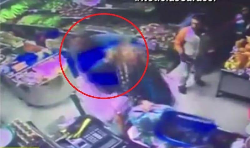 Policía golpea a otra mujer que estaba en el supermercado