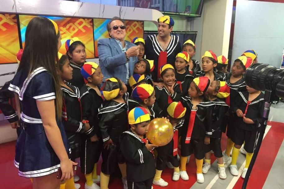 Carlos Villagran celebra con niños disfrazados de Kiko