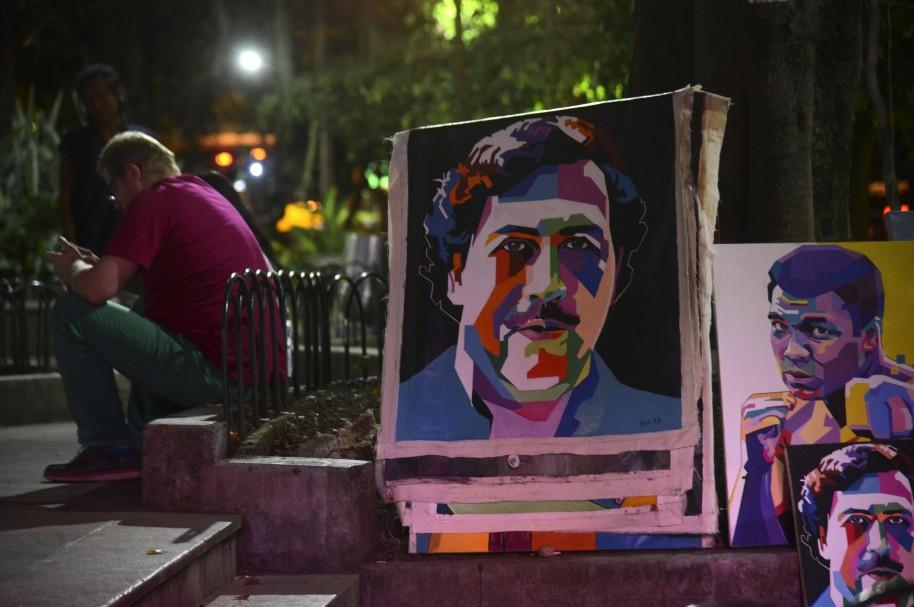 Pinturas alusivas a Pablo Escobar expuestas en el parque Lleras de Medellín