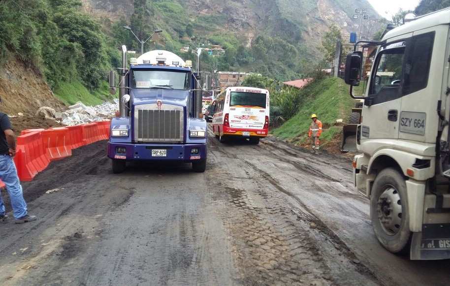 Así se ve el paso vehicular en la autopista Medellín-Bogotá, zona del talud.