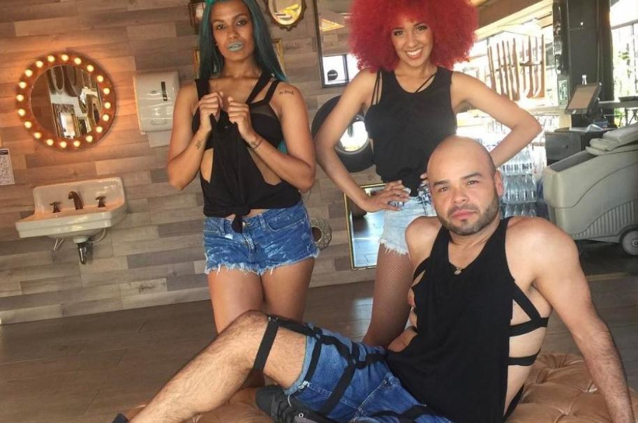Carlos Vargas, presentador de 'La Red', junto a las bailarinas Nasly Mendoza y Yadira Ely.