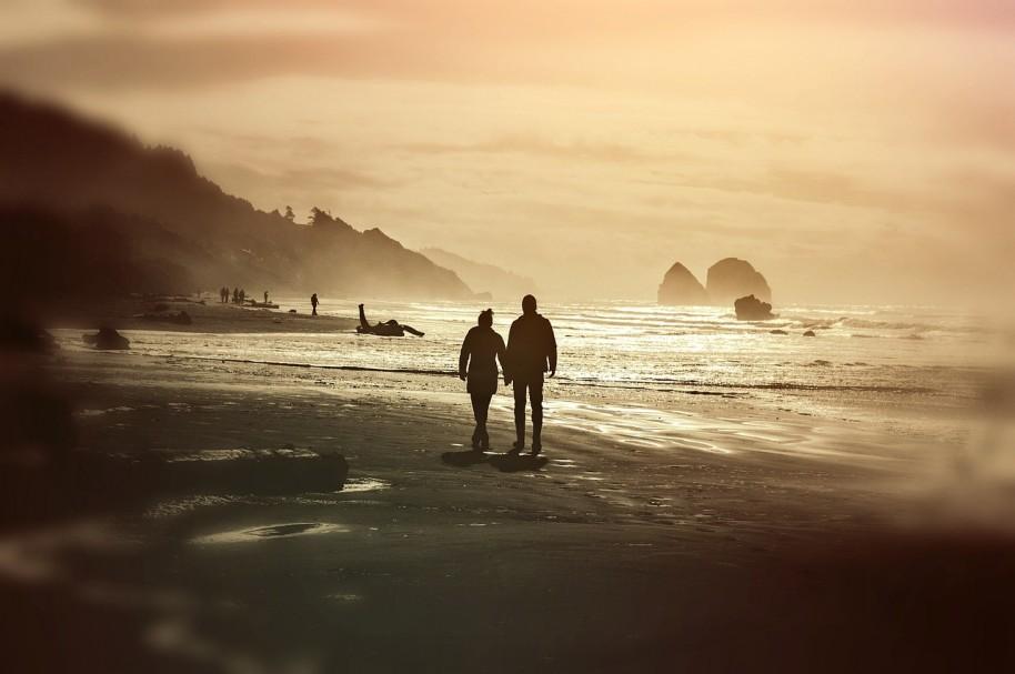 Pareja en la playa. Pulzo.com