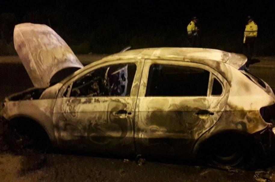 Carro incinerado en Bogotá