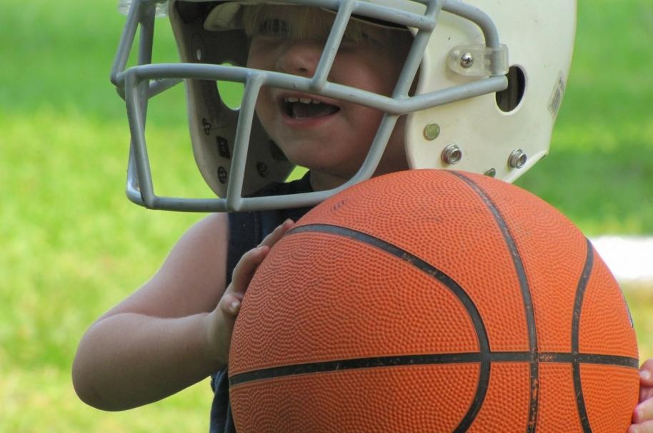 Niño con pelota de baloncesto. Pulzo.com