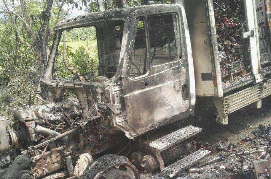Incinerados 2 automotores en la vía que de Belén de Bajira, Chocó, conduce a Caucheras.