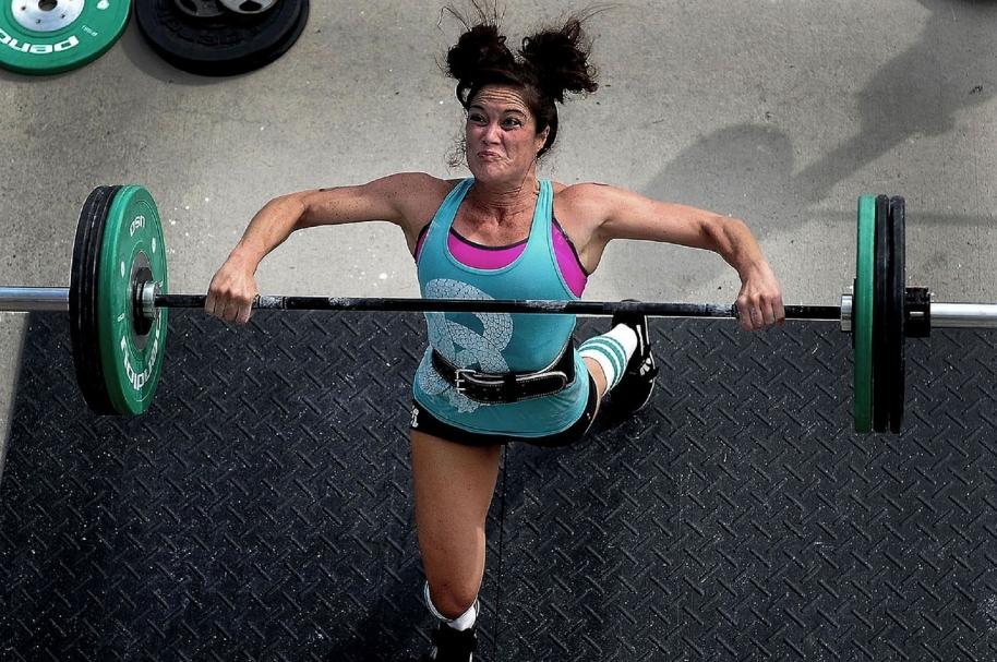Mujer levantando pesas. Pulzo.com