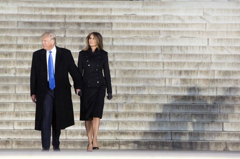 Donald J. Trump y Melania Trump salen del memorial a Lincoln, en Washington