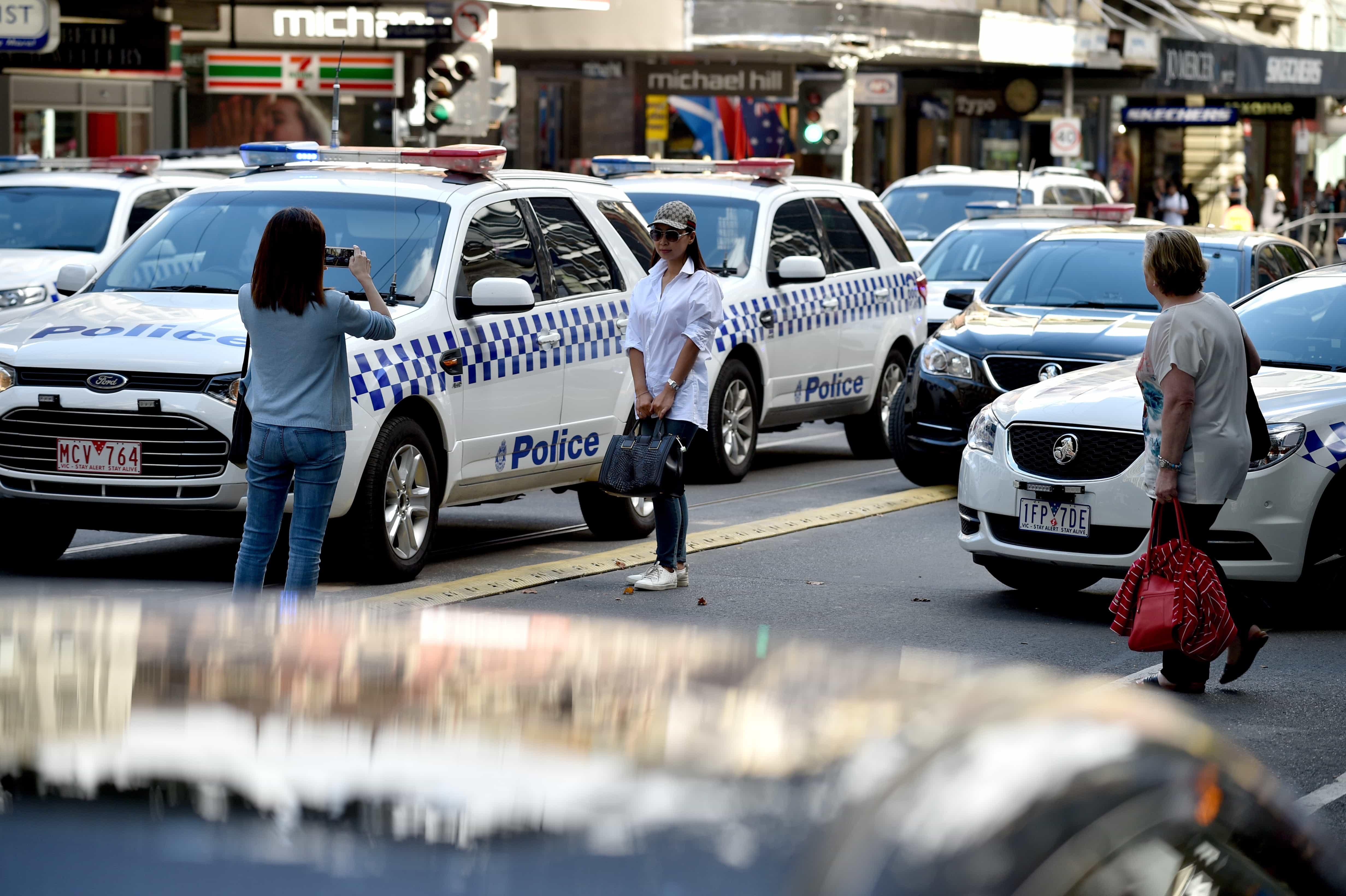 Turistas toman fotos del incidente en el centro de Melbourne