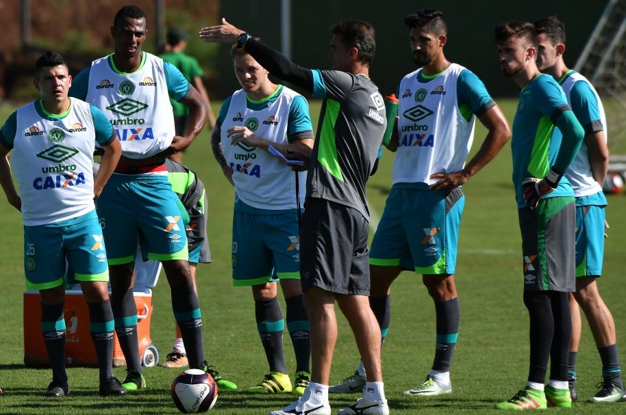 Vagner Mancini da instrucciones a los jugadores.