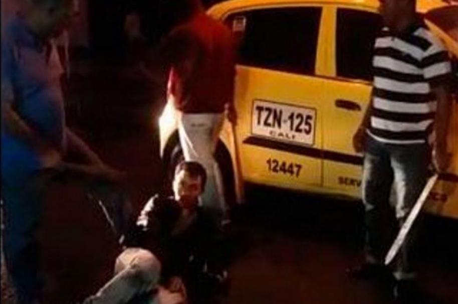 Taxistas golpean a joven en Cali