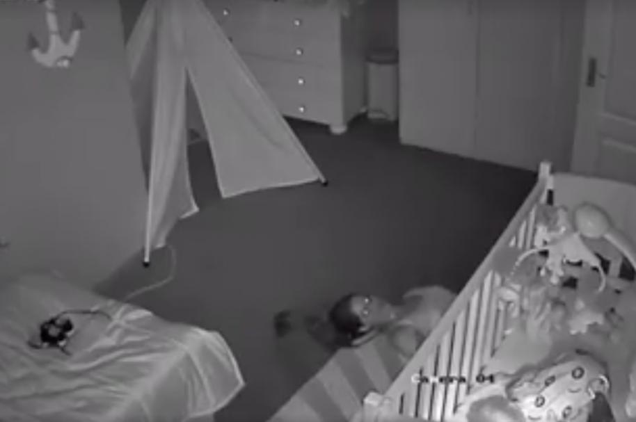 Madre se arrastra por el piso para no despertar a su bebé. Pulzo.com