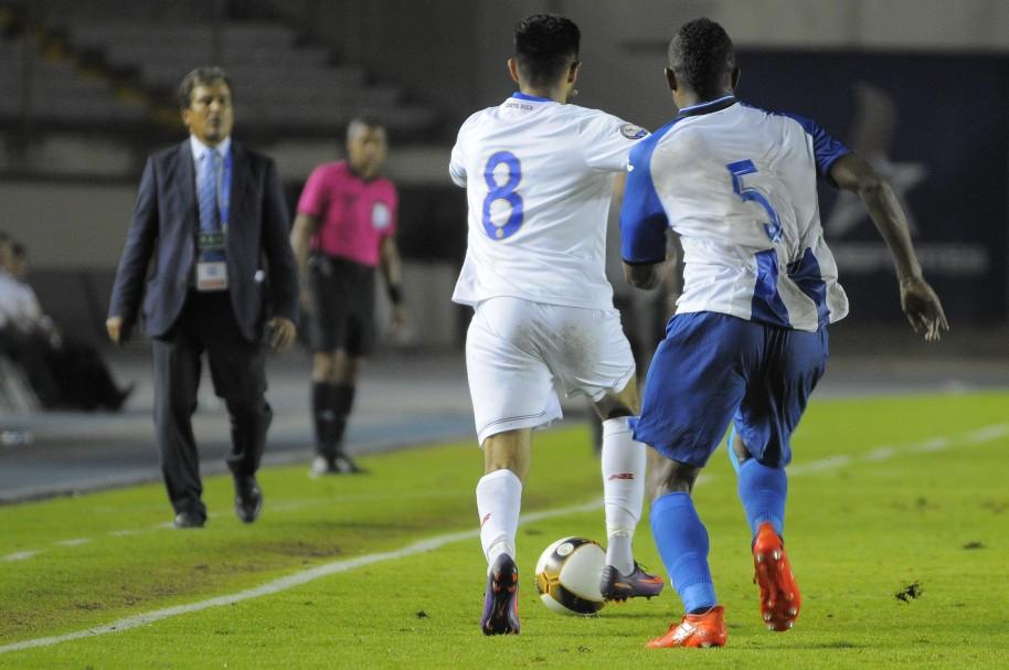 Ever Alvarado (5) de Honduras disputa un balón ante Alfredo Mejia (8) de Costa Rica ante la mirada atenta de Jorge Luis Pinto
