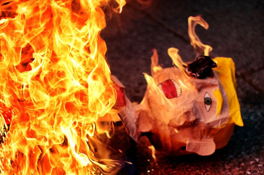 Un muñeco de Donald Trump es quemado durante las protestas
