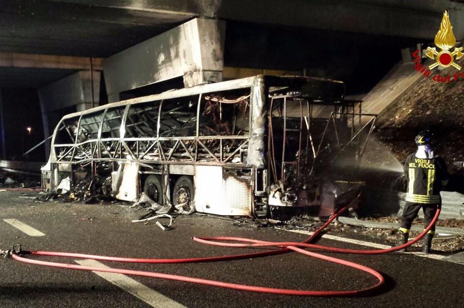 Bomberos apagan el bus incinerado en Italia