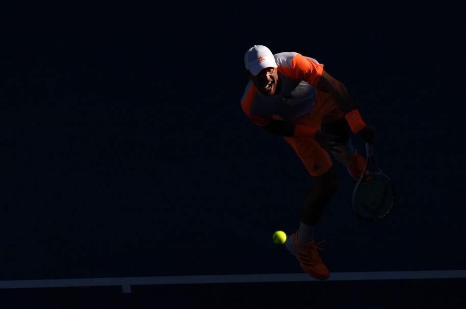 El alemán Mischa Zverev sirve en su partido contra el británico Andy Murray