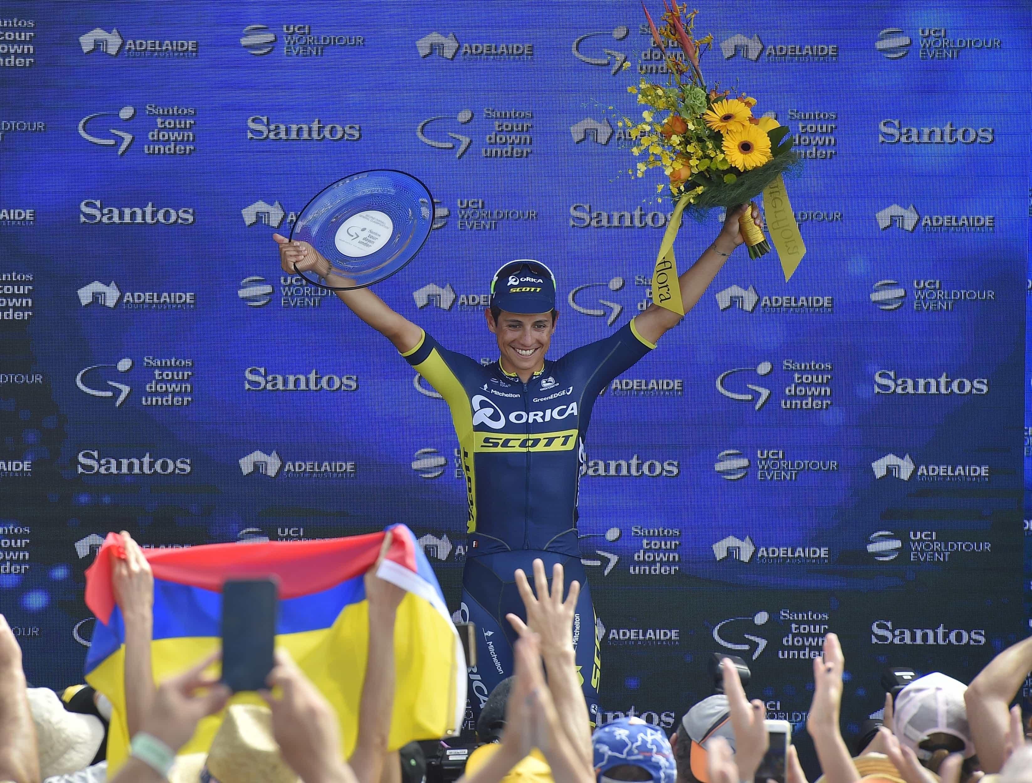 Esteban Chaves de Colombia celebra su segundo puesto en el podio del Tour Down Under