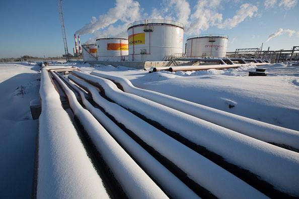 Recortan producción de petróleo