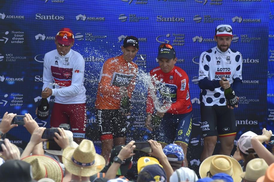 (I-D) Jhonatan Restrepo de Colombia (mejor joven), Richie Porte de Australia (campeon), Caleb Ewan de Australia (ganador por puntos) y Thomas De Gendt de Bélgica (rey de la montaña)