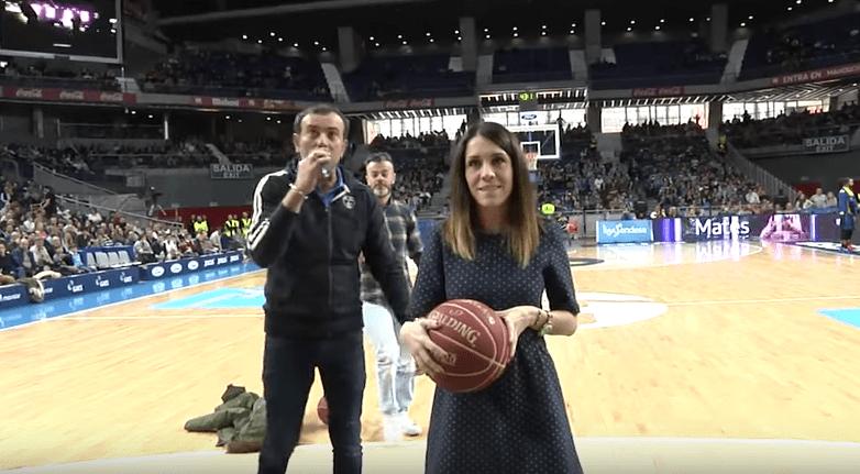 Propuesta de matrimonio en partido de baloncesto. Pulzo.com