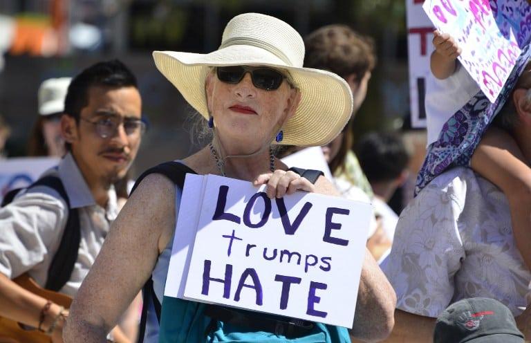 Mujer protesta contra Donald Trump. Pulzo.com