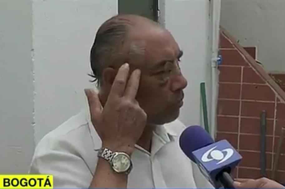 Fidel Molano enseña las heridas que recibió en el ojo y en la sien