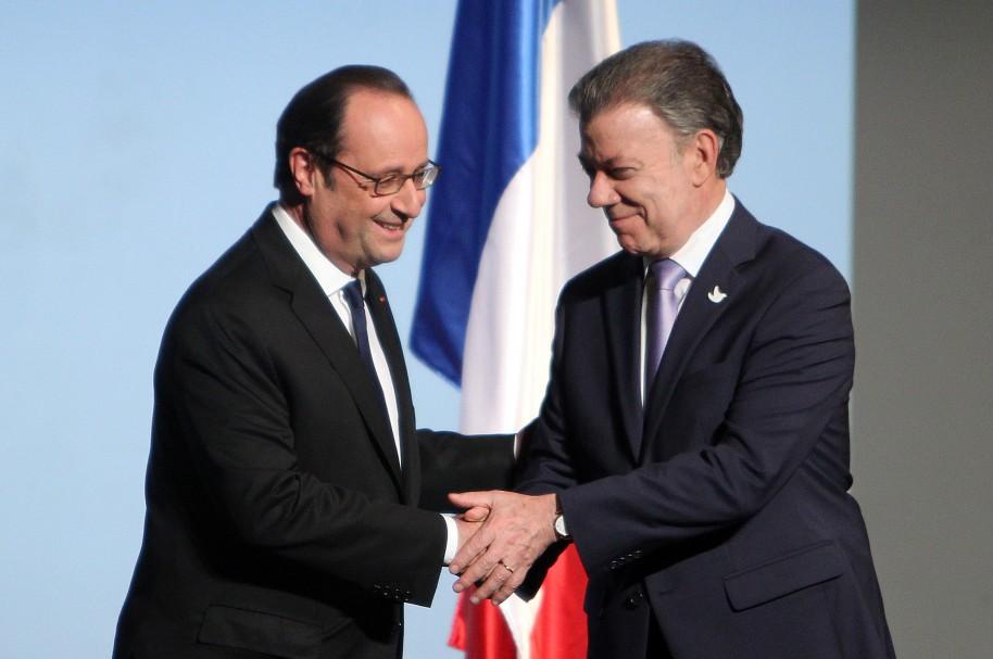 El presidente de Colombia, Juan Manuel Santos (d), y su homólogo de Francia, François Hollande (i),