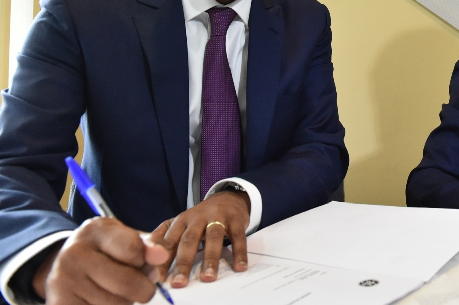 Firma de contrato.