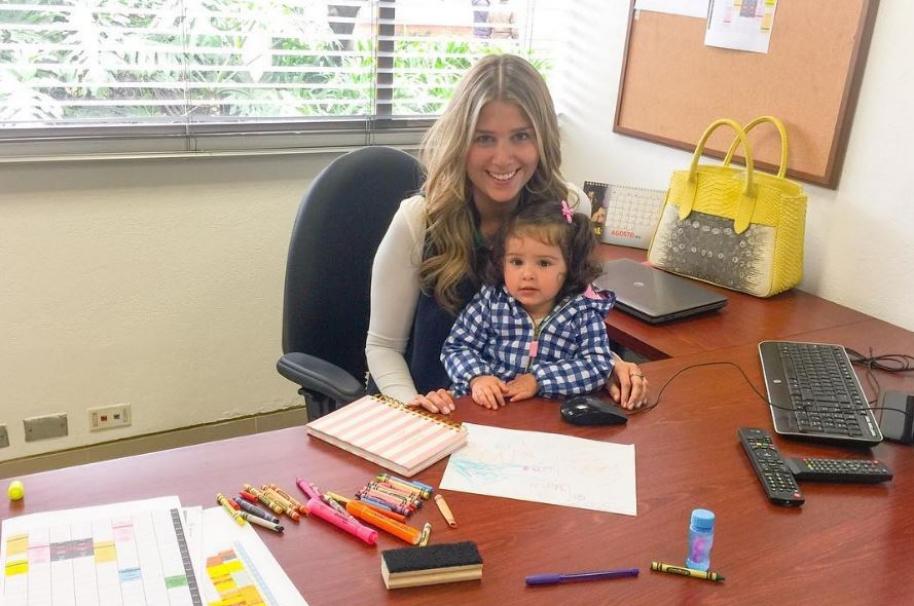 Andrea Guerrero, periodista de RCN, y su hija Luna.