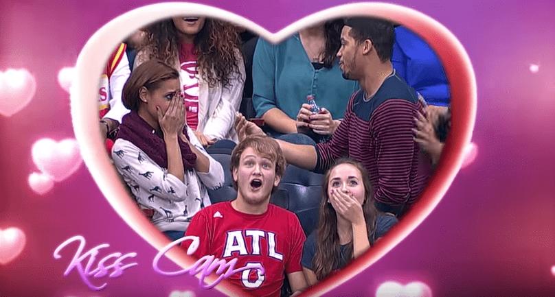 Propuesta de matrimonio durante 'kiss cam' de partido de baloncesto. Pulzo.com