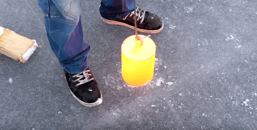 Youtuber pone bloque de níquel encendido en lago helado. Pulzo.com