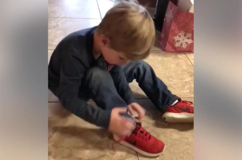 Niño de 5 años enseña cómo amarrar cordones