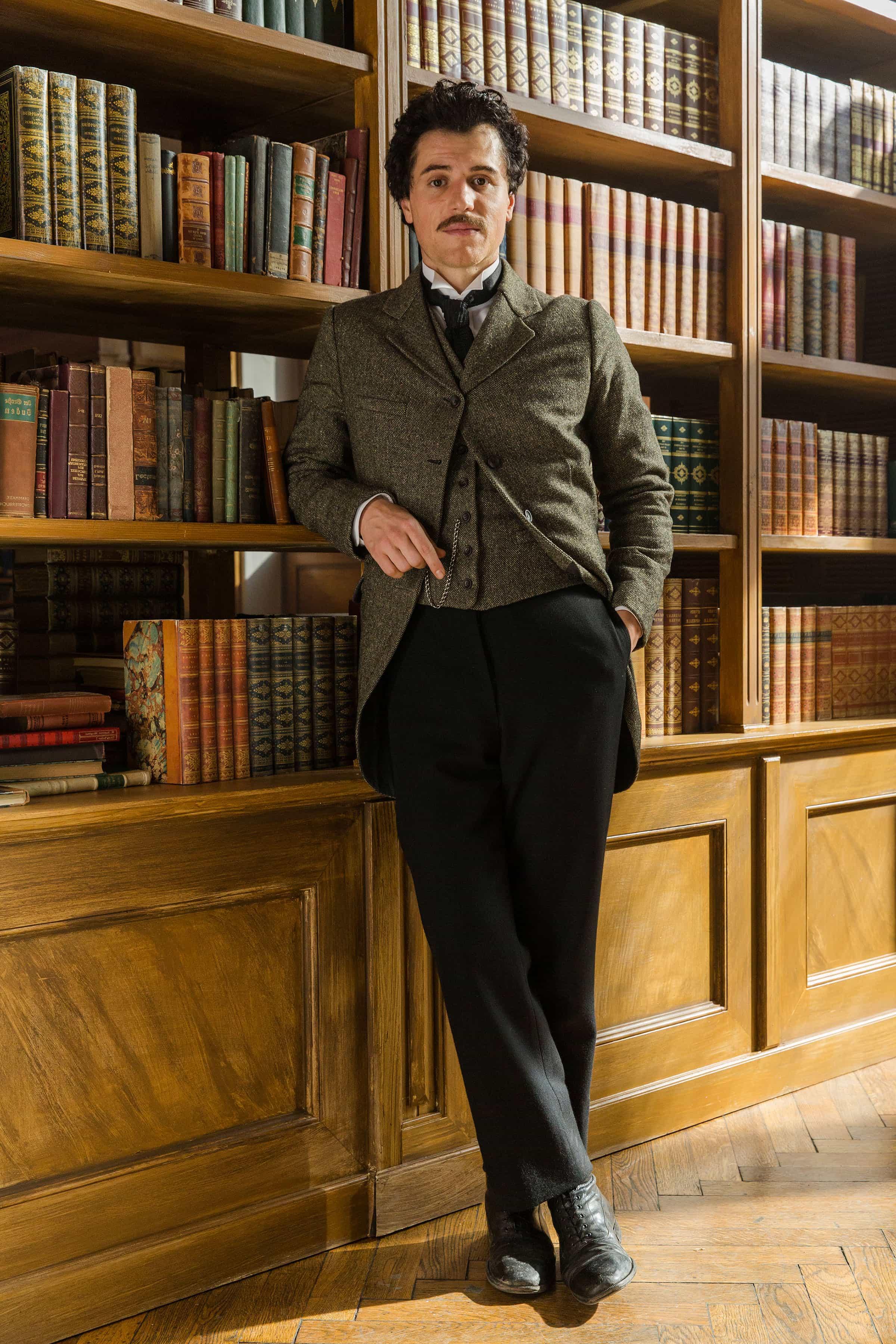 Johnny Flynn como Albert Einstein en la serie 'Genius'