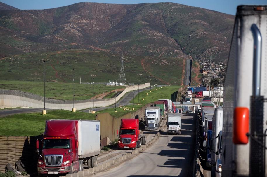 Camiones rodean la frontera de México y Estados Unidos