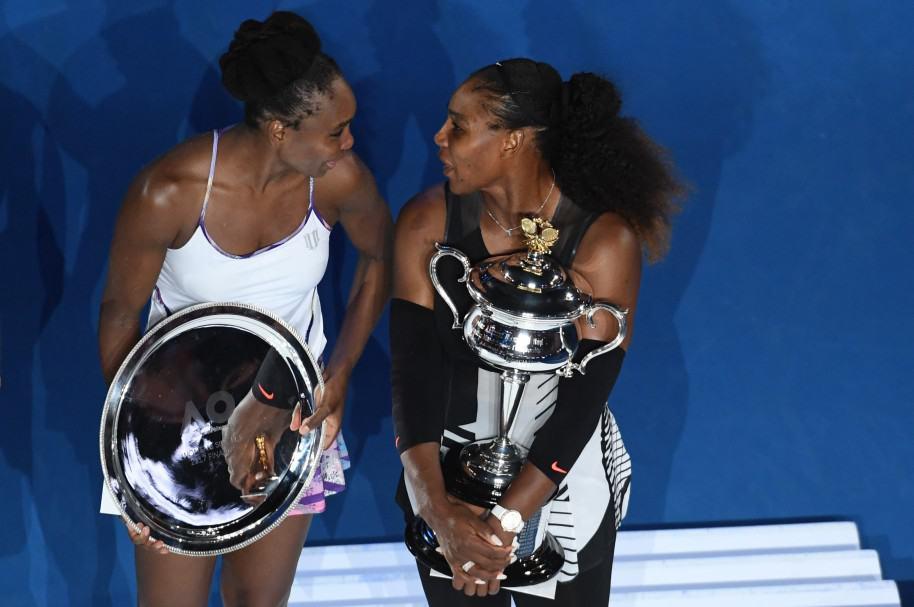 Venus y Serena Williams hablan mientras exhiben sus trofeos en Melbourne
