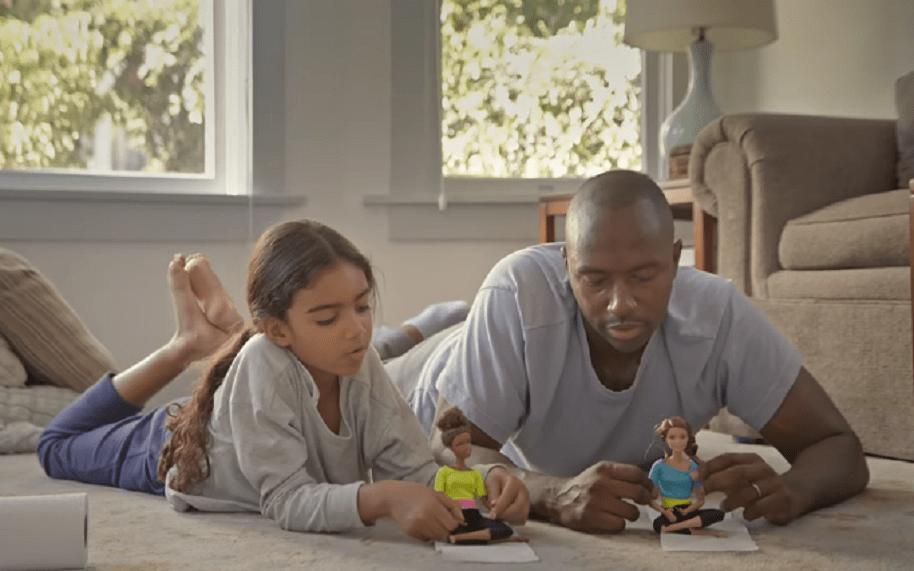 Nuevo comercial de Barbie invita a los papás a jugar con sus hijas
